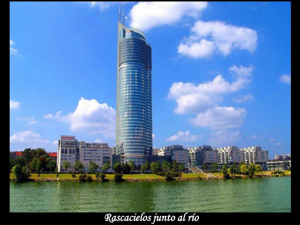 Rascacielos junto al río