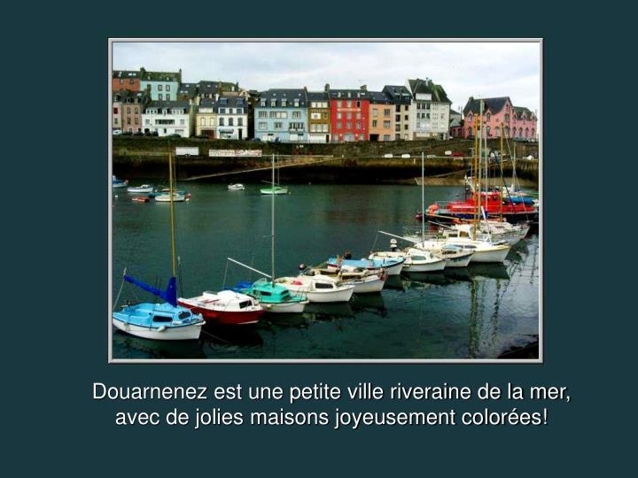 Douarnenez est une petite ville riveraine de la mer, avec de jolies maisons joyeusement colorées!