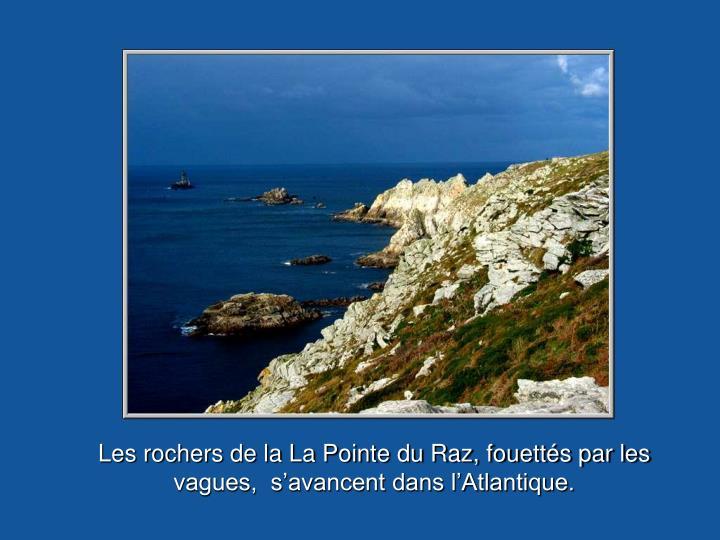 Les rochers de la La Pointe du Raz, fouettés par les vagues,  s'avancent dans l'Atlantique.
