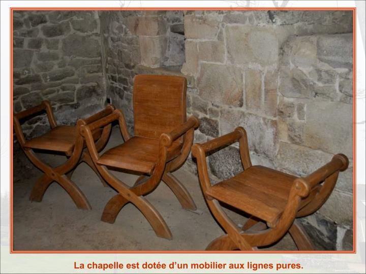 La chapelle est dote dun mobilier aux lignes pures.
