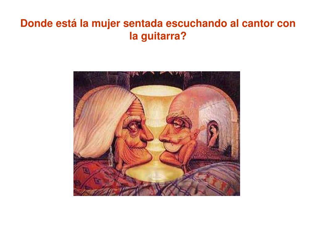 Donde está la mujer sentada escuchando al cantor con la guitarra?