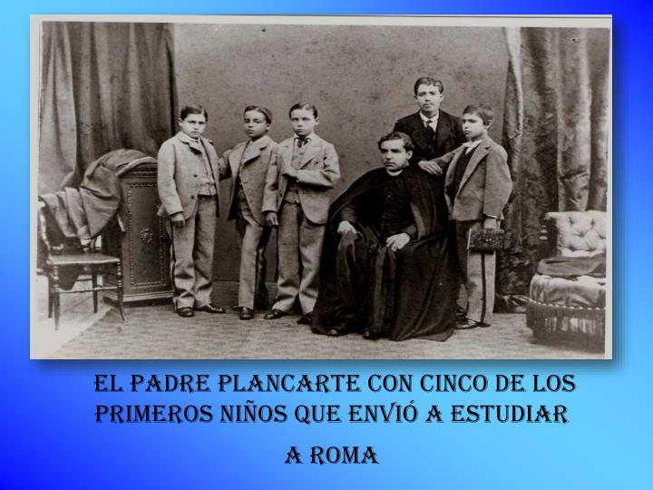 EL PADRE PLANCARTE con cinco de los primeros niños que ENVIÓ A ESTUDIAR