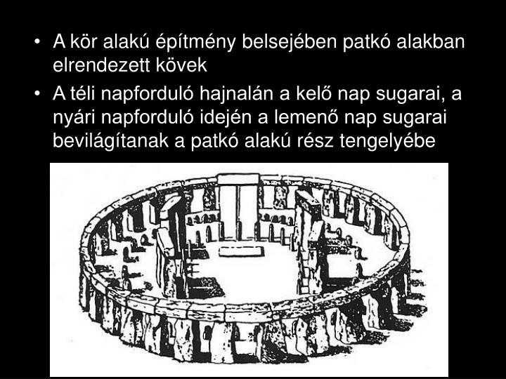 A kör alakú építmény belsejében patkó alakban elrendezett kövek