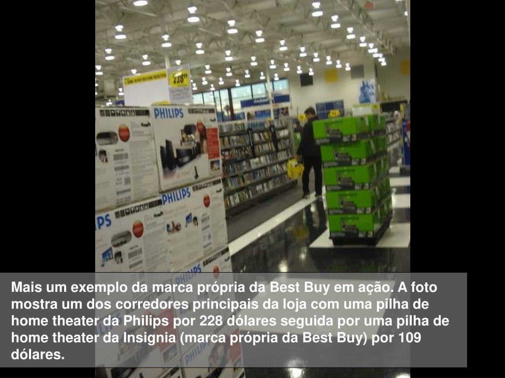 Mais um exemplo da marca própria da Best Buy em ação. A foto mostra um dos corredores principais da loja com uma pilha de home theater da Philips por 228 dólares seguida por uma pilha de home theater da Insignia (marca própria da Best Buy) por 109 dólares.