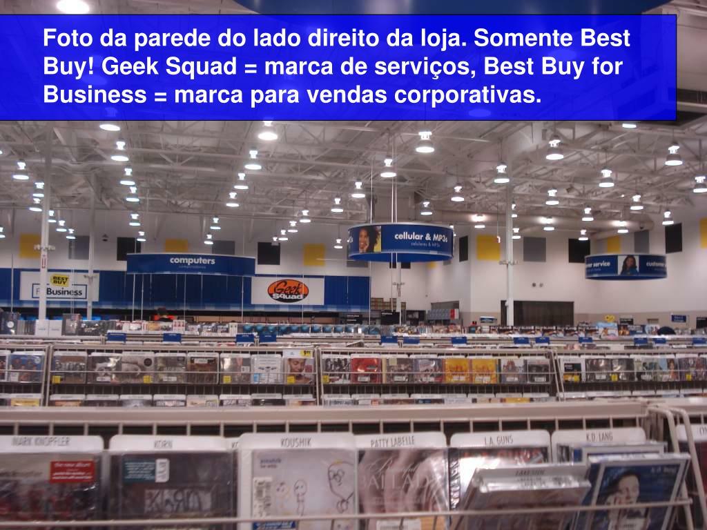 Foto da parede do lado direito da loja. Somente Best Buy! Geek Squad = marca de serviços, Best Buy for Business = marca para vendas corporativas.