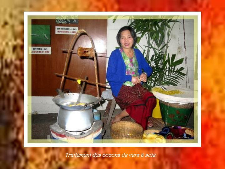Traitement des cocons de vers à soie.