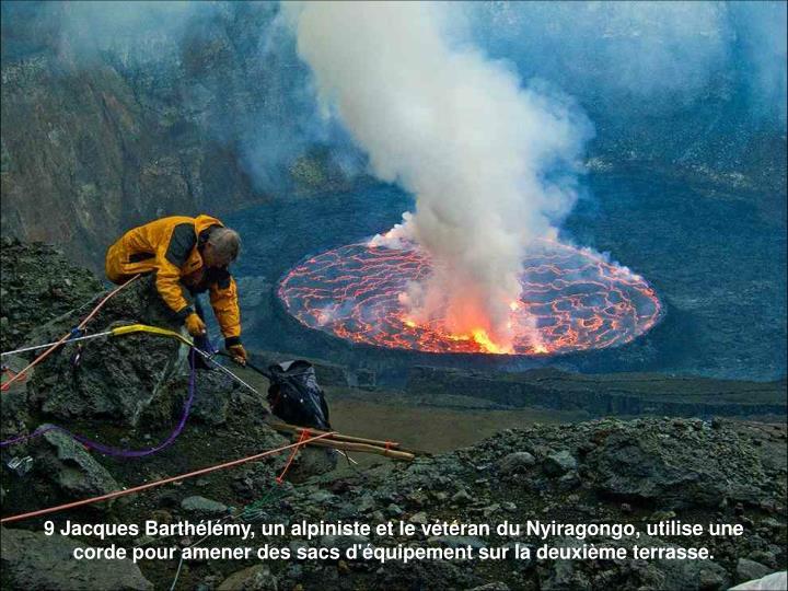 9 Jacques Barthélémy, un alpiniste et le vétéran du Nyiragongo, utilise une corde pour amener des sacs d'équipement sur la deuxième terrasse.