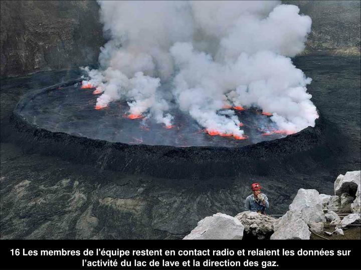 16 Les membres de l'équipe restent en contact radio et relaient les données sur l'activité du lac de lave et la direction des gaz.