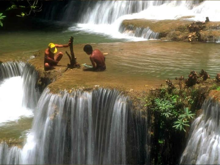 São os obstáculos que fazem suas águas prosseguirem. Nenhuma rocha, por mais resistente que seja, é capaz de deter a água. Ela tem sabedoria para contorná-la e seguir em frente,