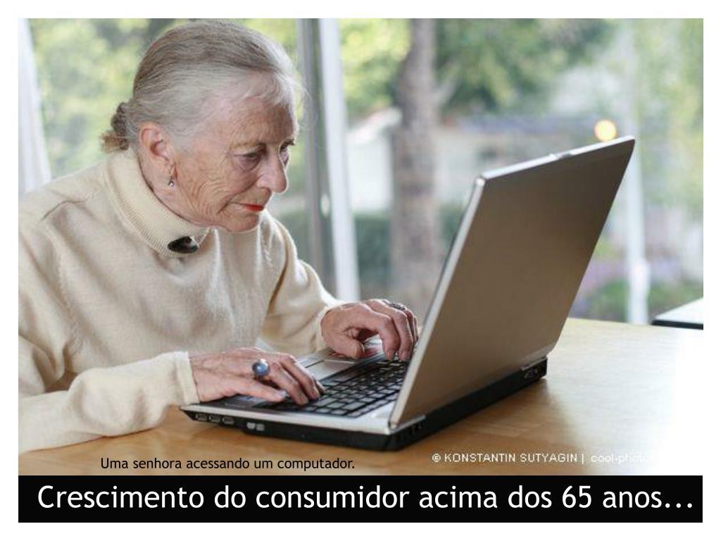 Uma senhora acessando um computador.