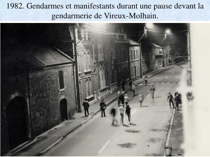 1982. Gendarmes et manifestants durant une pause devant la gendarmerie de Vireux-Molhain.