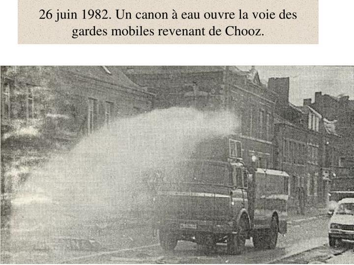 26 juin 1982. Un canon à eau ouvre la voie des gardes mobiles revenant de Chooz.