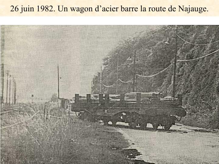 26 juin 1982. Un wagon d'acier barre la route de Najauge.