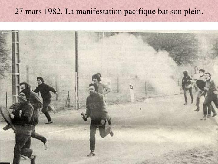 27 mars 1982. La manifestation pacifique bat son plein.