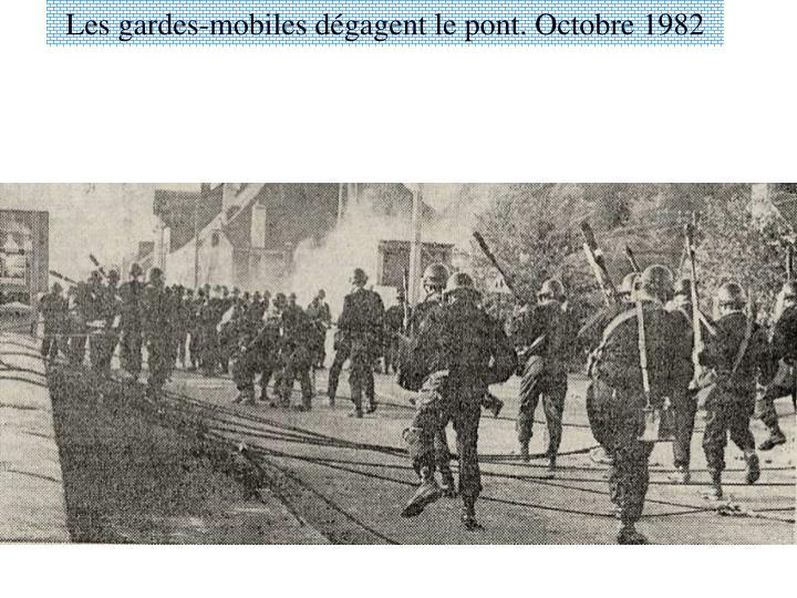 Les gardes-mobiles dégagent le pont. Octobre 1982