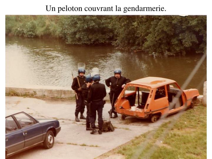 Un peloton couvrant la gendarmerie.