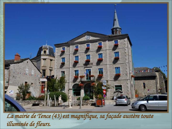 La mairie de Tence (43) est magnifique, sa façade austère toute illuminée de fleurs.