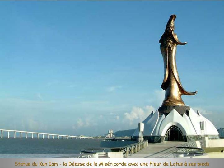 Statue du Kun Iam - la Déesse de la Miséricorde avec une Fleur de Lotus à ses pieds