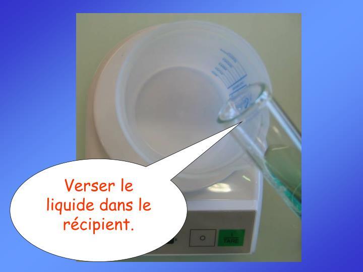 Verser le liquide dans le récipient.