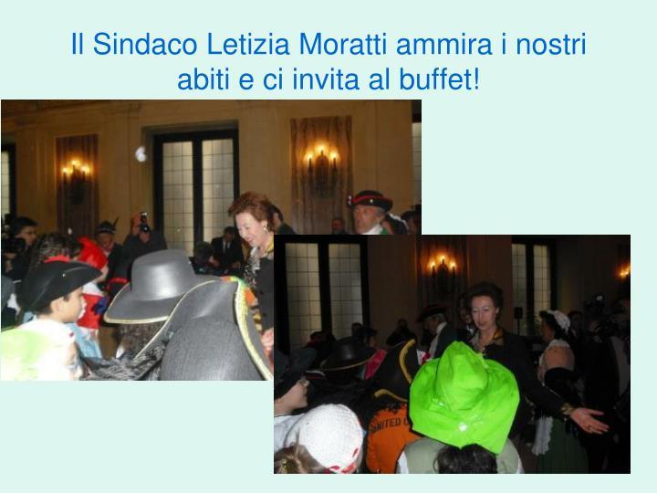 Il Sindaco Letizia Moratti ammira i nostri abiti e ci invita al buffet!