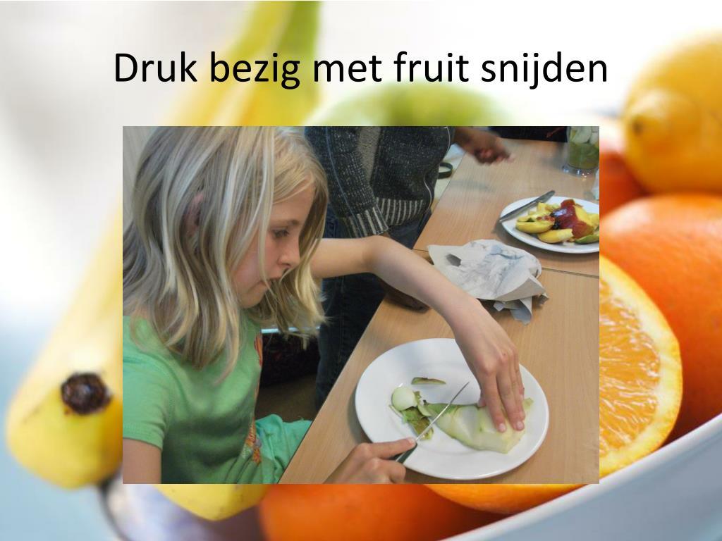 Druk bezig met fruit snijden