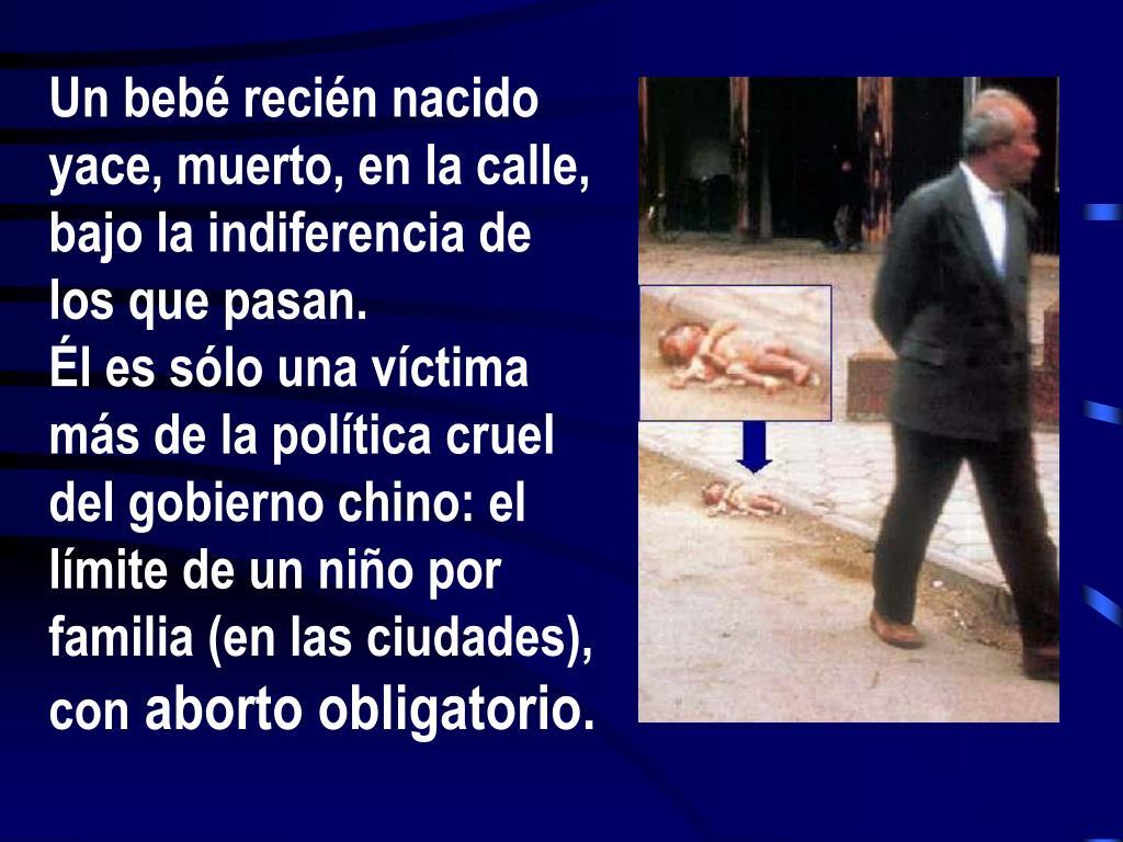 Un bebé recién nacido yace, muerto, en la calle, bajo la indiferencia de los que pasan.