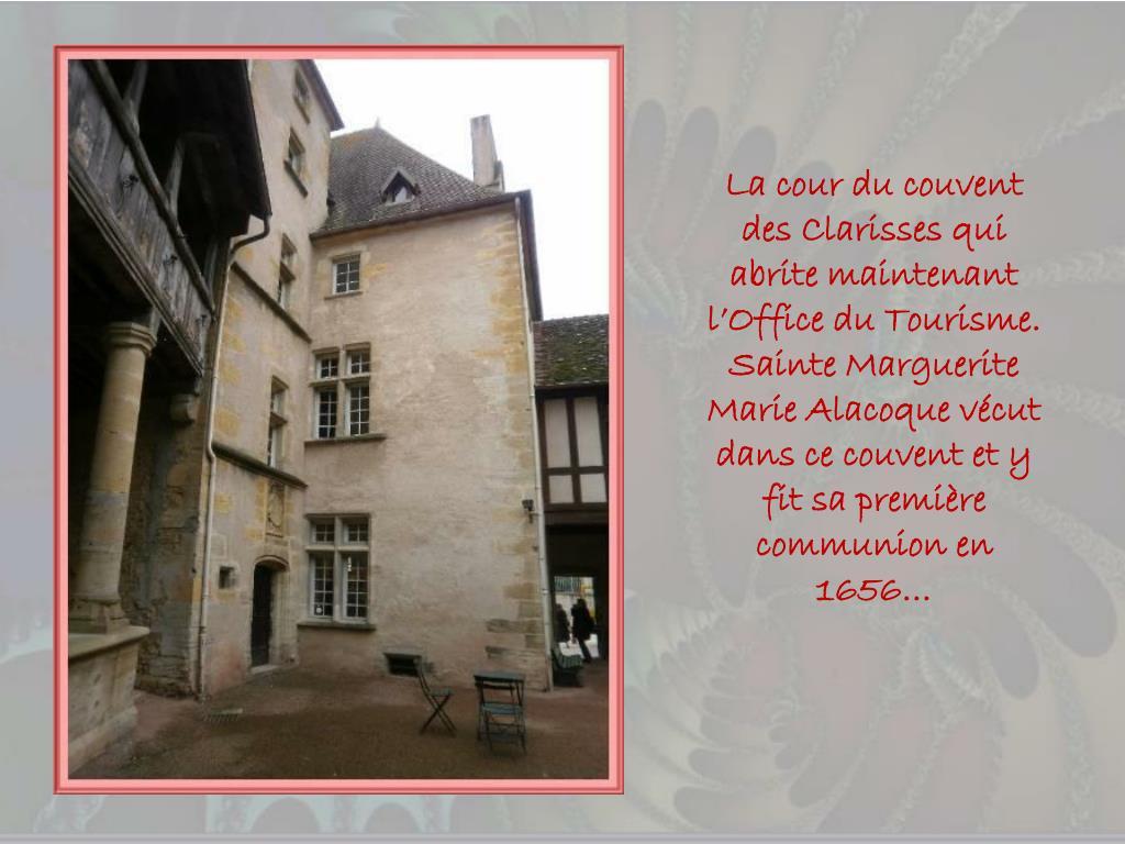 La cour du couvent des Clarisses qui abrite maintenant l'Office du Tourisme.  Sainte Marguerite Marie Alacoque vécut  dans ce couvent et y fit sa première communion en 1656…