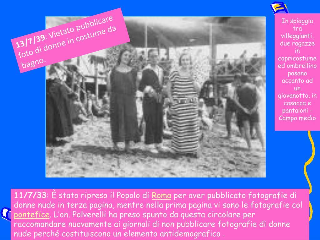 In spiaggia tra villeggianti, due ragazze in copricostume ed ombrellino posano accanto ad un giovanotto, in casacca e pantaloni - Campo medio