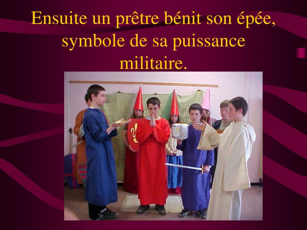 Ensuite un prêtre bénit son épée, symbole de sa puissance militaire.