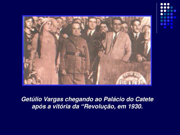 """Getúlio Vargas chegando ao Palácio do Catete após a vitória da """"Revolução, em 1930."""