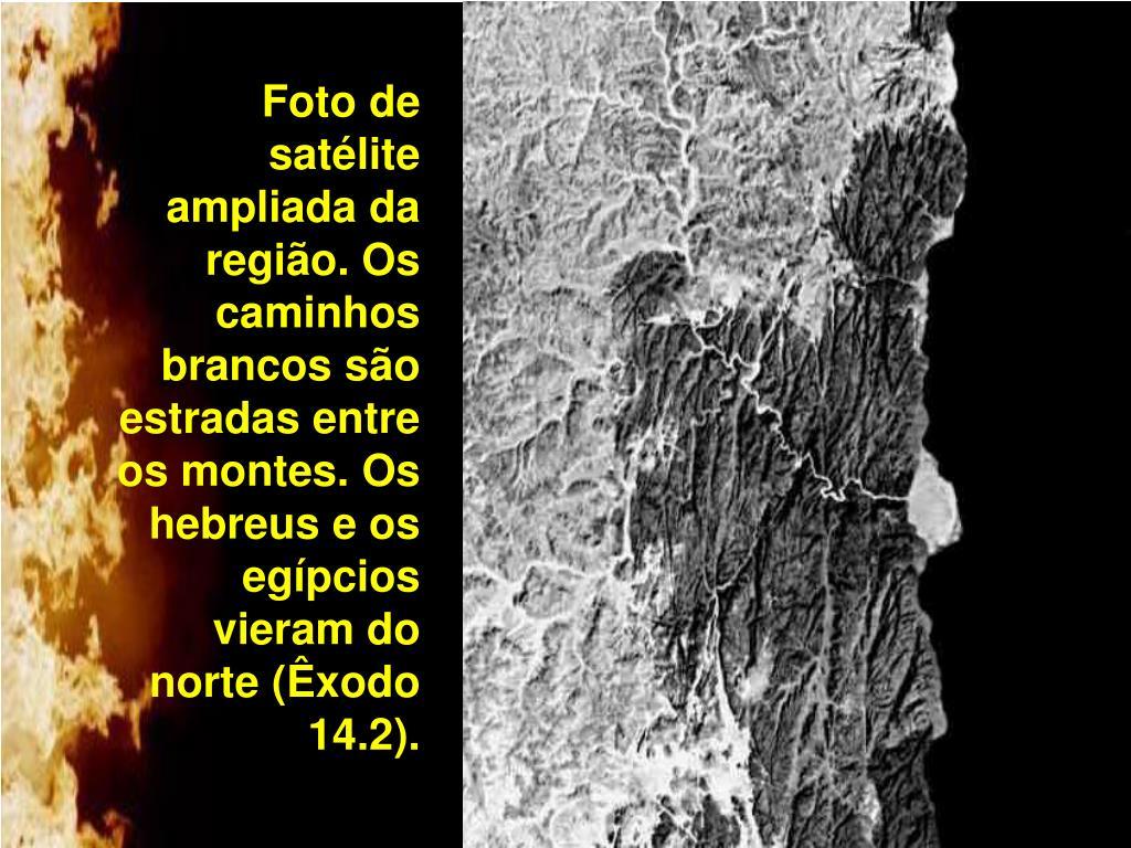Foto de satélite ampliada da região. Os caminhos brancos são estradas entre os montes. Os hebreus e os egípcios vieram do norte (Êxodo 14.2).