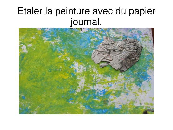 Etaler la peinture avec du papier journal.
