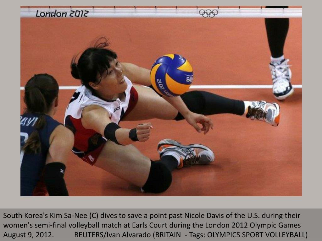 South Korea's Kim Sa-Nee (C) dives to save a point past Nicole Davis of the U.S. during their women's semi-final volleyball match at Earls Court during the London 2012 Olympic Games August 9, 2012.           REUTERS/Ivan Alvarado (BRITAIN  - Tags: OLYMPICS SPORT VOLLEYBALL)