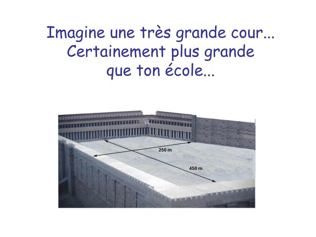 Imagine une très grande cour...