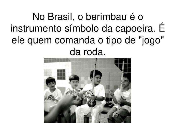 """No Brasil, o berimbau é o instrumento símbolo da capoeira. É ele quem comanda o tipo de """"jogo"""" da roda."""
