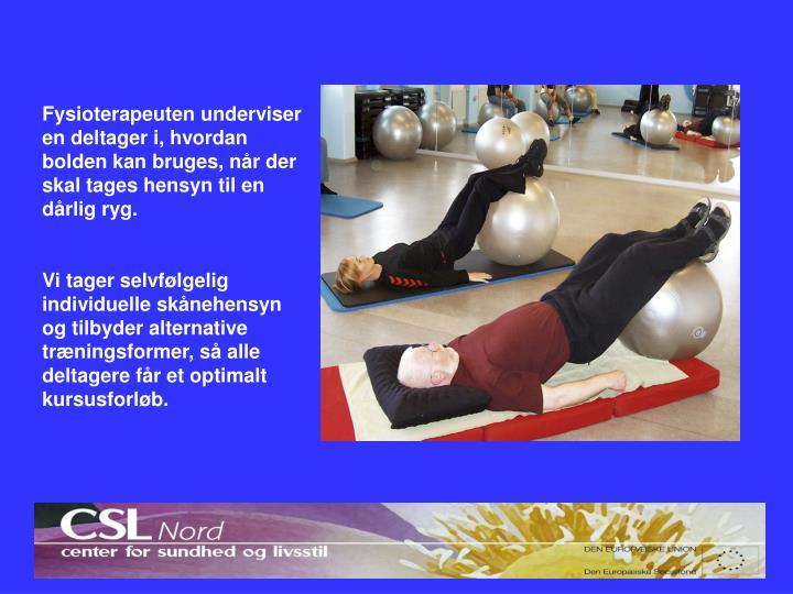 Fysioterapeuten underviser en deltager i, hvordan bolden kan bruges, når der skal tages hensyn til en dårlig ryg.