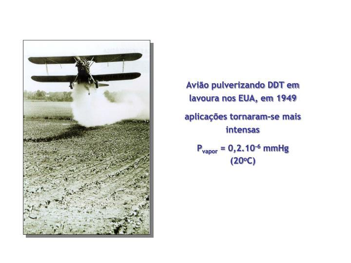 Avião pulverizando DDT em lavoura nos EUA, em 1949