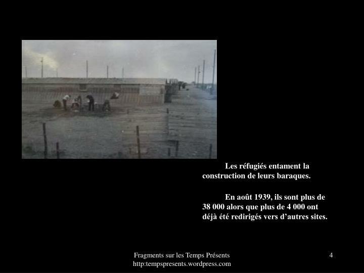 Les rfugis entament la construction de leurs baraques.