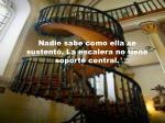 nadie sabe como ella se sustent la escalera no tiene soporte central