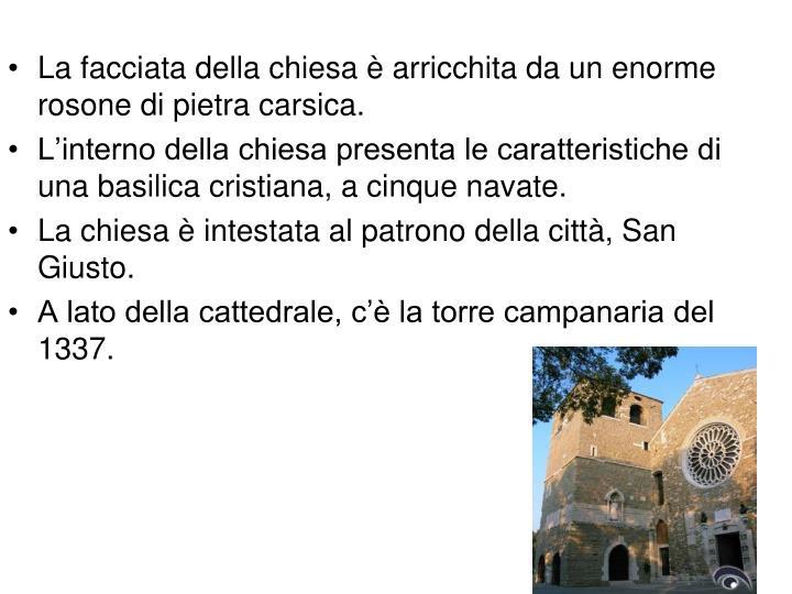La facciata della chiesa è arricchita da un enorme rosone di pietra carsica.
