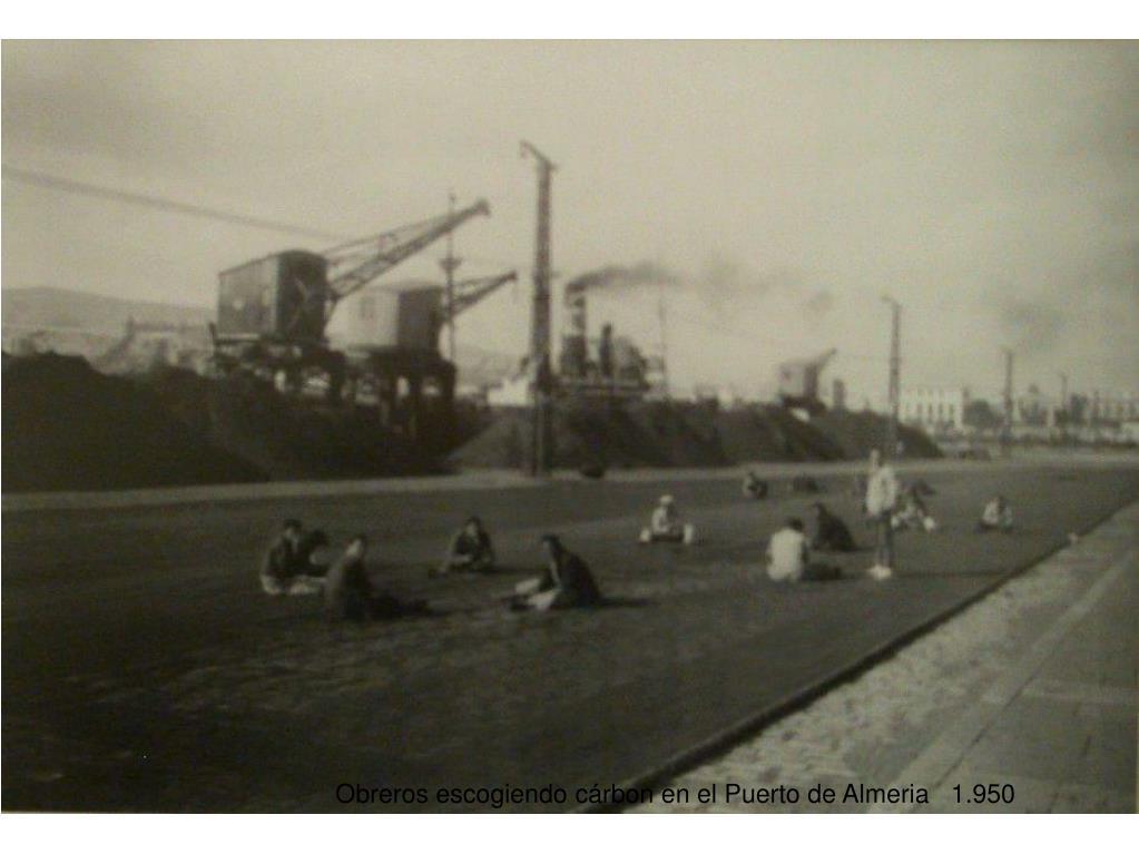 Obreros escogiendo cárbon en el Puerto de Almeria   1.950