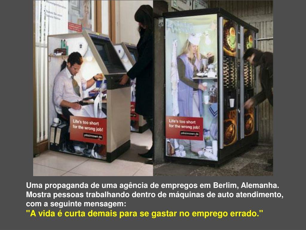 Uma propaganda de uma agência de empregos em Berlim, Alemanha.