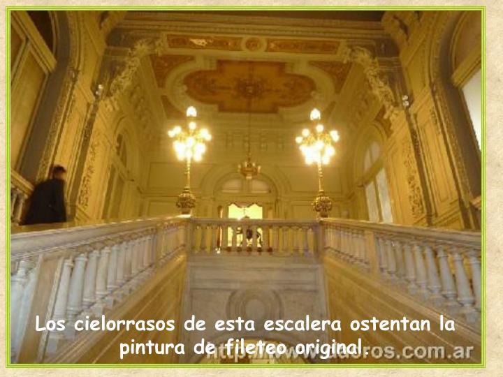 Los cielorrasos de esta escalera ostentan la pintura de fileteo original.