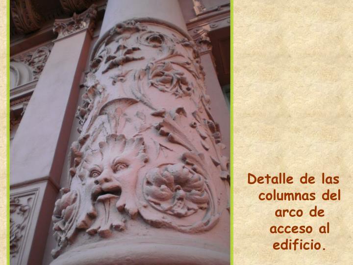 Detalle de las columnas del arco de acceso al edificio.