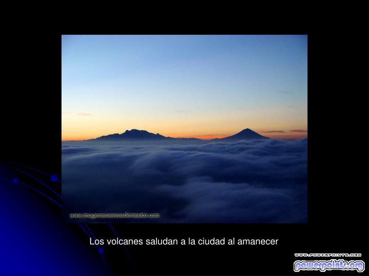 Los volcanes saludan a la ciudad al amanecer