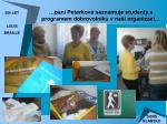 pan peterkov seznamuje studenty s programem dobrovoln k v na organizaci