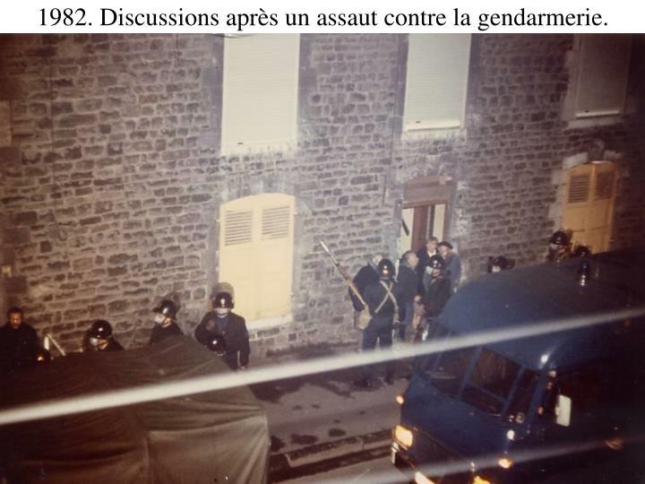 1982. Discussions après un assaut contre la gendarmerie.