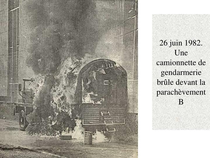26 juin 1982. Une camionnette de gendarmerie brûle devant la parachèvement B