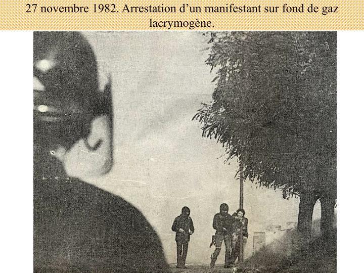 27 novembre 1982. Arrestation d'un manifestant sur fond de gaz lacrymogène.