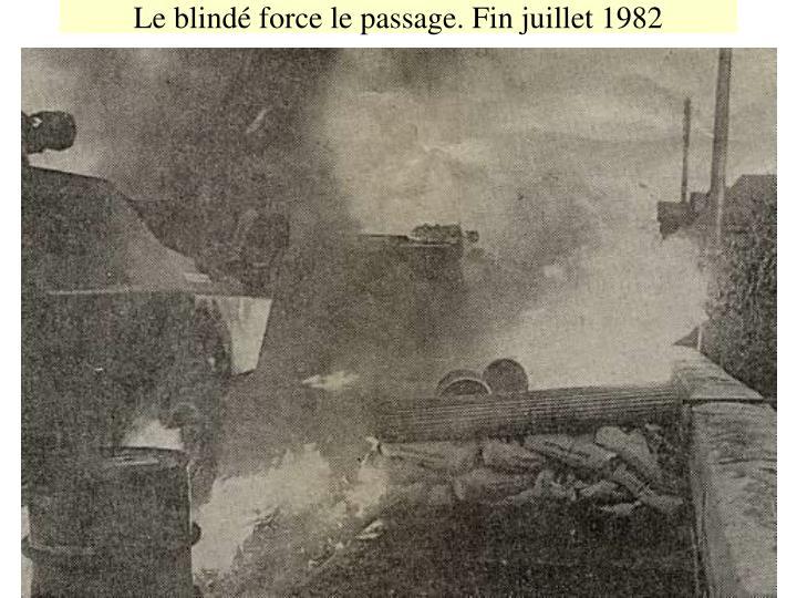 Le blindé force le passage. Fin juillet 1982